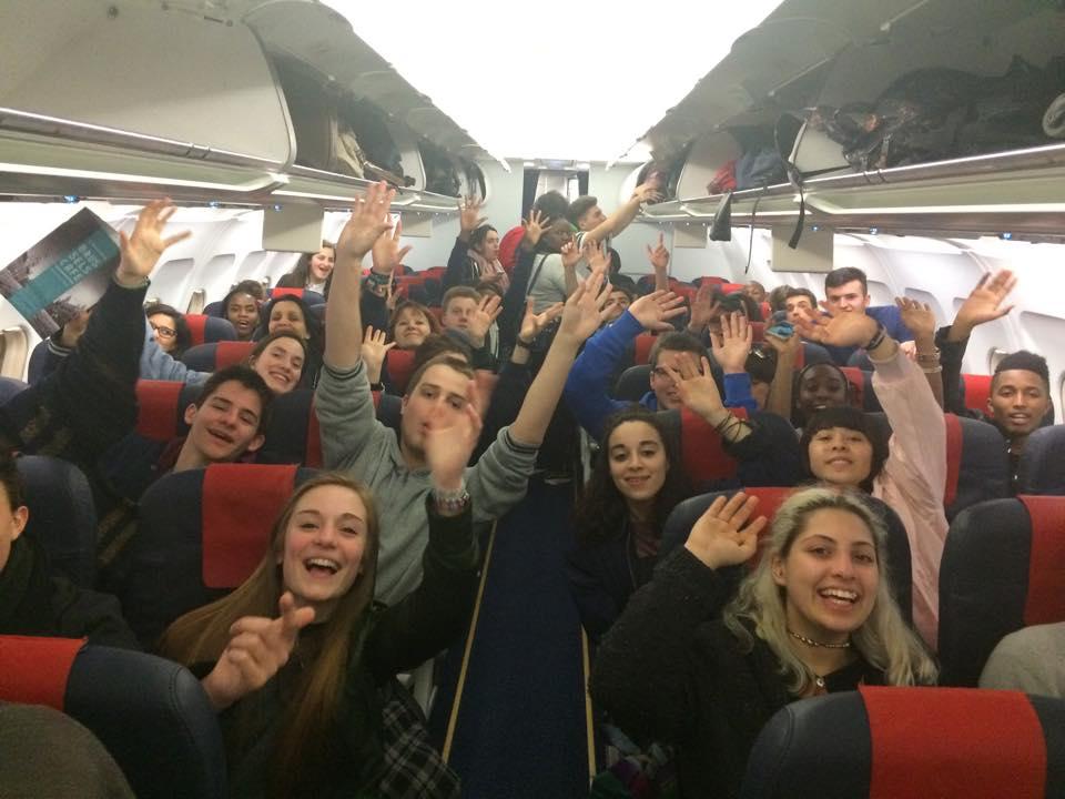 Dans l'avion : « En route pour une aventure inoubliable ! » In the plane : « Let's go for an unforgettable trip ! »