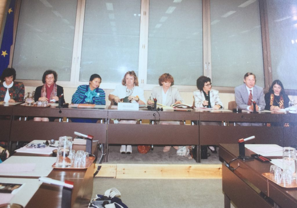 De gauche à droite : Zahira Kamal, Naomi Chazan, Simone Veil, Anne-Marie Lizin, Simone Susskind, Tamar Gujanski, Eberhard Rhein, Leila Shahid